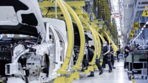 Заводы Mercedes постепенно восстанавливают работу по всему миру