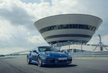 Новый Porsche 911 Turbo выезжает из трех секунд