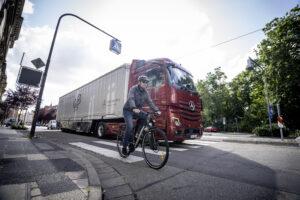 Каждый десятый погибший на дороге велосипедист задавлен грузовиком в Германии: больше Mercedes оснастят системой S1X