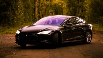 Блогер в США зарядил Tesla Model S путем буксировки на передаче