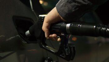 Каждый 20й водитель в России отказался от личного автомобиля после роста цен на топливо