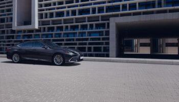 Компания Lexus напомнила о приеме заказов на обновленный седан ES в России