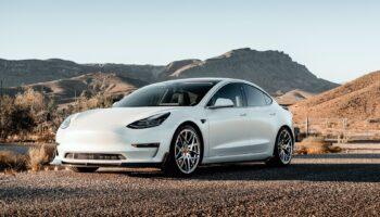 Сервис СберАвто запустил онлайн-продажи электрокаров Tesla в России в 2021 году